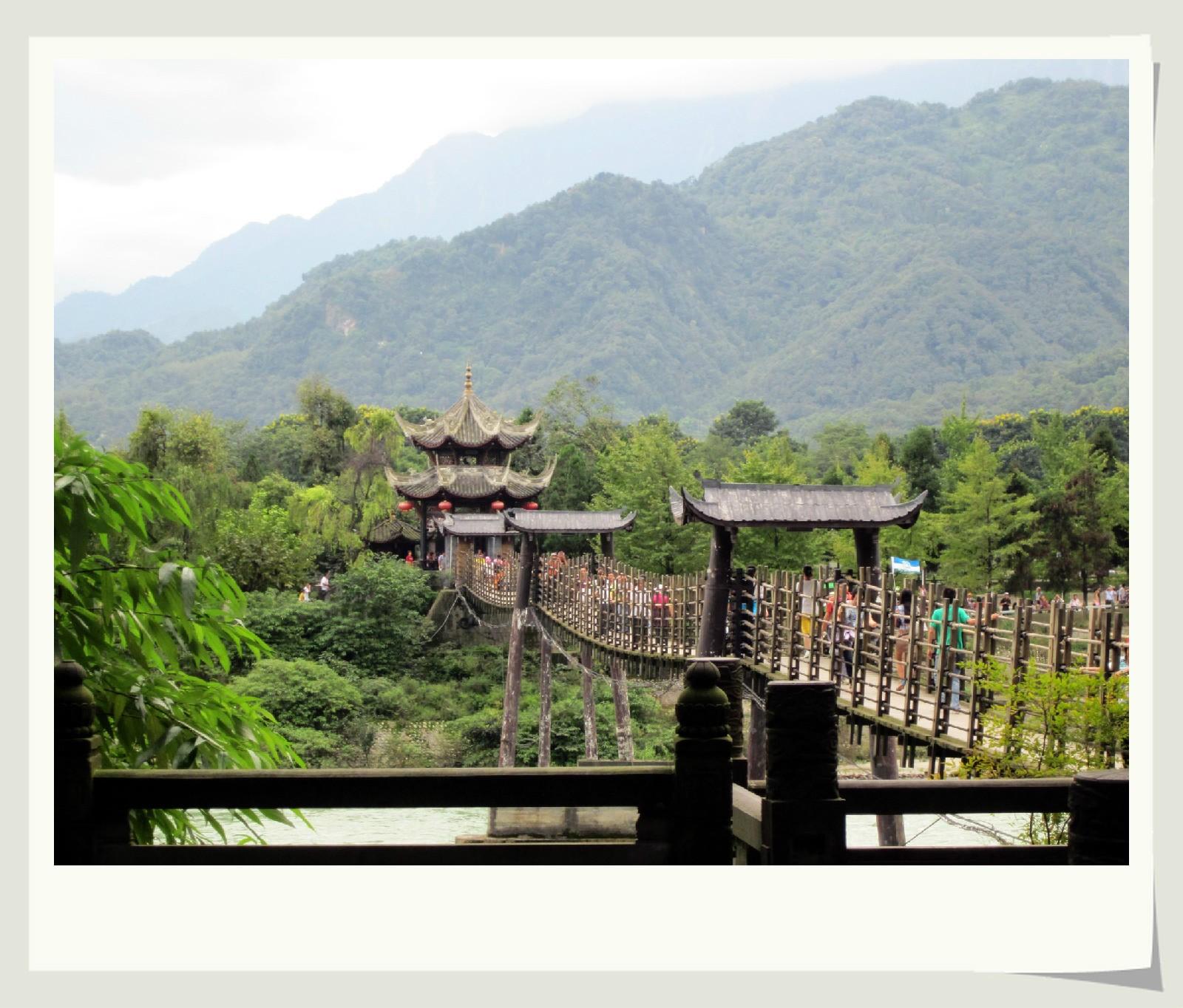 ... 岷江的 安澜桥是我国著名的五大古桥之一,全长320米